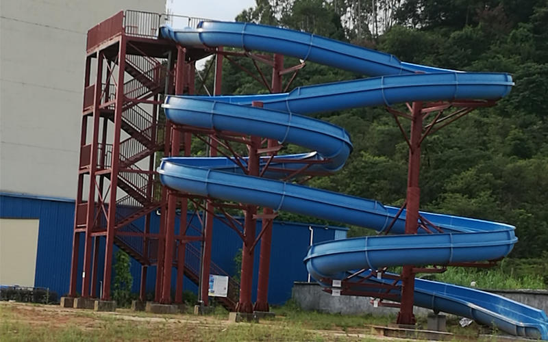 Full-scale display of water park spiral slide